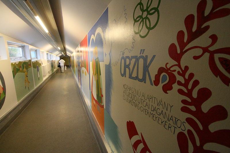 """A """"Magyar népmesék"""" szereplőivel benépesült átvezető folyosó fogadja a gyermekeket"""